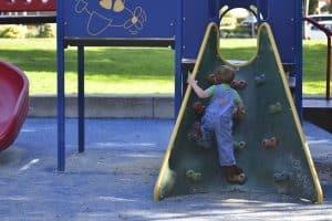 Kletterbogen im Kinderzimmer kann Spielplatzgefühl nach Hause bringen