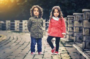 2 Kinder in schöner Mode