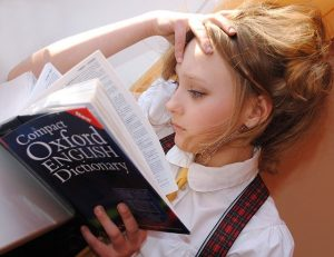 Mädchen lernt Englisch