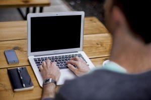 Mann am Laptop